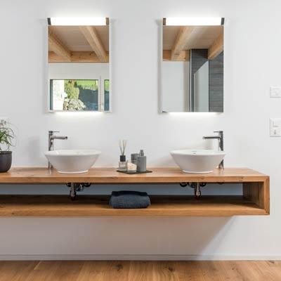 Gloor Gebäudetechnik – Bad mit Holz-Waschtisch und Keramik-Lavabos
