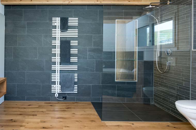 Gloor Worb – Nasszelle mit Dusche Glas-Schiefer-Holz
