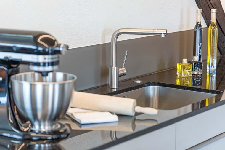 Gloor Worb – Moderne Küche Chromstahl-Schüttstein Steinabdeckung