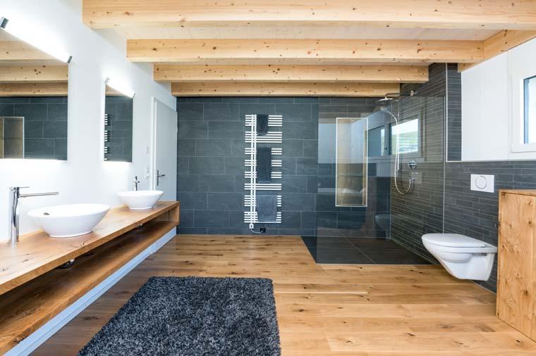 Gloor Worb – modernes Bad mit Schiefer-Glas-Holz-Keramik