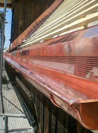 Gloor Worb – Spenglerei lange Dachrinne aus Kupfer