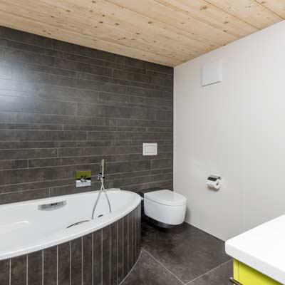 Gloor Gebäudetechnik – Bad mit Raumspar-Badewanne