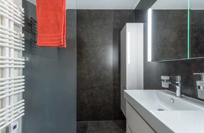 Gloor Gebäudetechnik – Bad-Sanierung mit verglaster Nasszelle und Handtuchradiator
