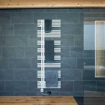 Gloor Gebäudetechnik – Badumbau mit Glas, Holz und Keramik und Handtuchradiator