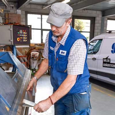 Gloor Gebäudetechnik – Spenglerei-Arbeit in der Firmen-Werkstatt