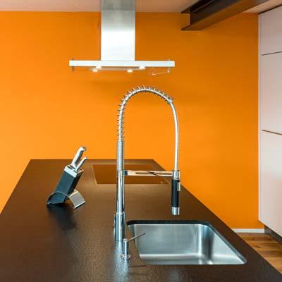 Gloor Gebäudetechnik – Küche mit Chromstahl-Schüttstein