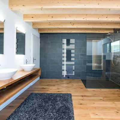 Gloor Gebäudetechnik – moderner Badumbau mit Glas, Holz und Keramik