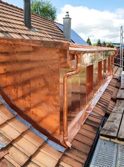 Gloor Gebäudetechnik – Spenglerei – Kupferhülle für Lukarne und Dachrinne