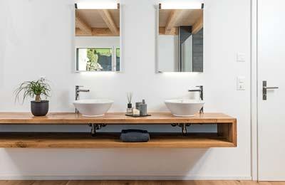 Gloor Worb – Bad mit Holz-Waschtisch und Keramik-Lavabos